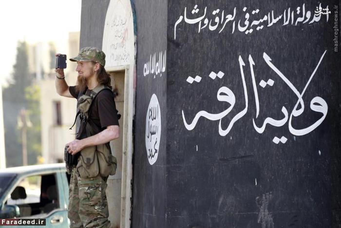 سرباز خارجی داعش در حال تصویر برداری با موبایل در