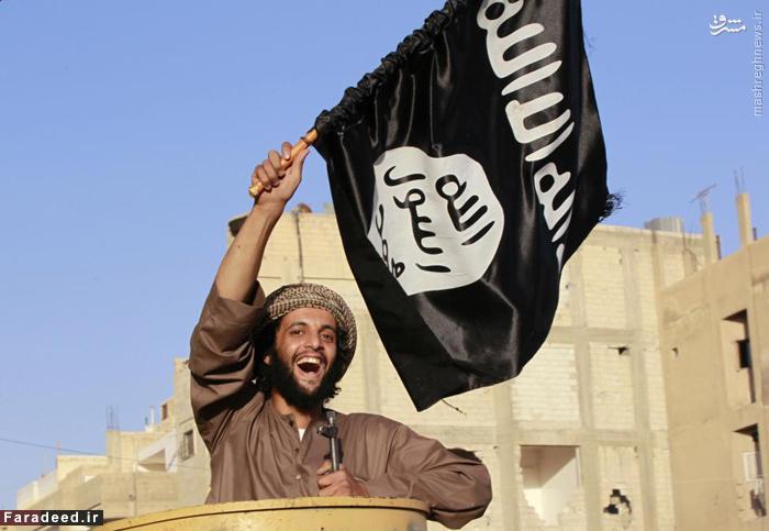 تروریست داعشی پرچم این گروه تروریستی را پس از تصرف