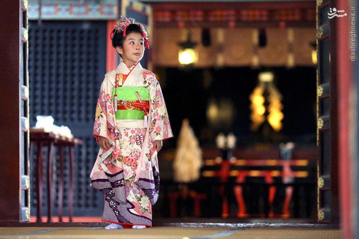 دختر ژاپنی با لباس کیمونو در مراسم سنتی خانواده های ژاپنی شرکت کرده است