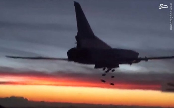 بمب افکن توپولف روسی هنگام بمباران مواضع گروه تروریستی داعش در سوریه