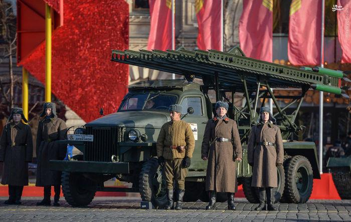 شرکت کنندگان در مراسم بزرگداشت سالگرد رژه تاریخی 7 نوامبر 1941 در میدان سرخ مسکو در کنار سیستم آتشبار موشکی توپخانه ای