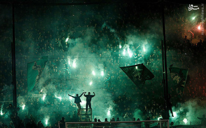 طرفداران یونانی برای تماشای بازی فوتبال بین تیم های پاناتینایکوس و المپیاکوس به  ورزشگاه آتن رفتند