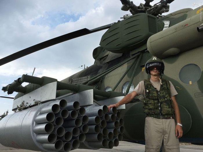 خلبان در کنار بالگرد ترابری ـ تهاجمی