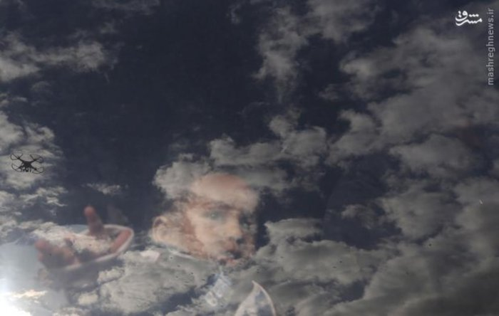 انعکاس تصویر آسمان روی شیشه اتوبوس در مرز فلسطین-مصر