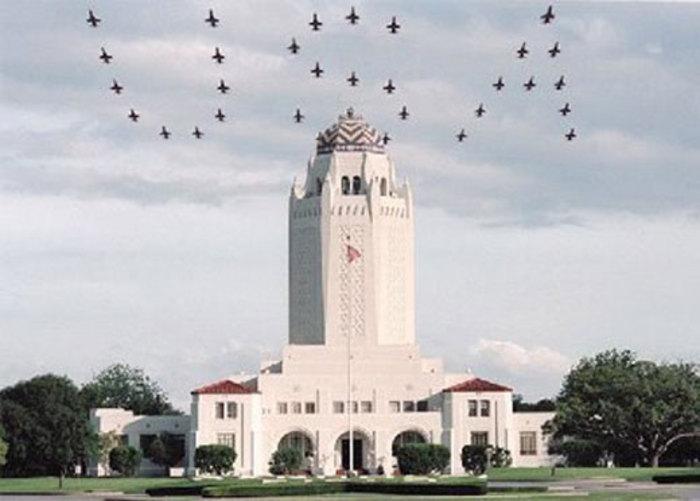 هنرنمایی جنگنده های جت آمریکا ( بر روی هوا USA را درج کرده اند)
