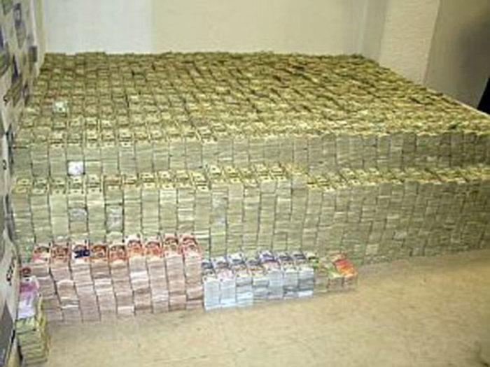 پولهایی که در یک دستگیری باند قاچاق مواد مخدر کشف شد
