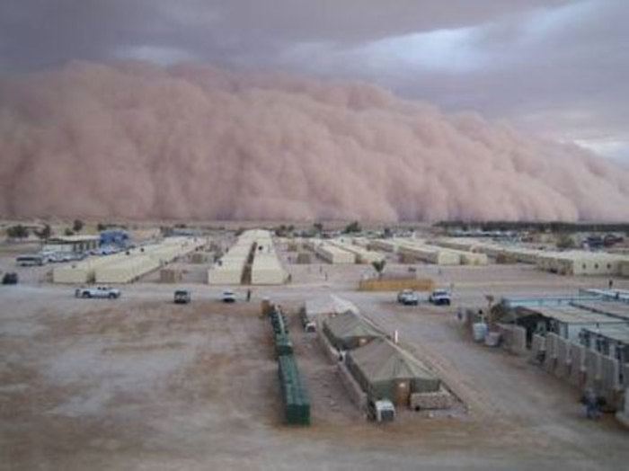 طوفان شن در عراق (طوفان در پشت زمینه قرار دارد)