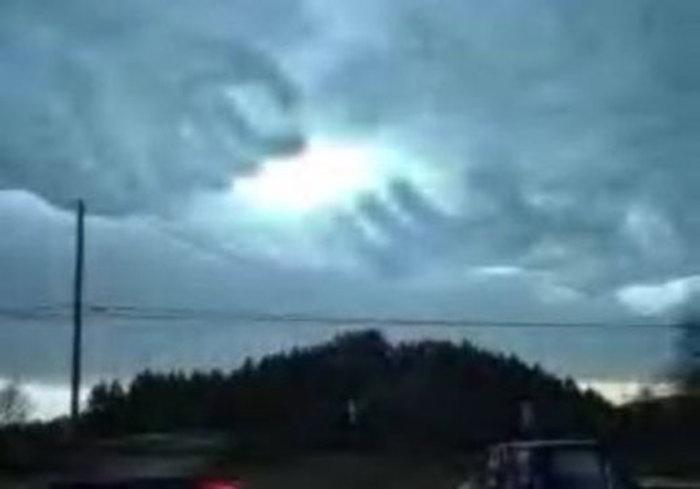 شکل گرفتن ناگهانی ابرها به گونه دو دست (که بعدها معروف شد به پنجه های خدا)