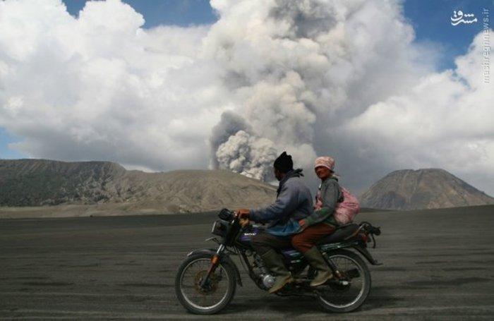 تردد ساکنان جزیره «جاوا» در اندونزی هنگام فعال شدن کوه آتش فشانی