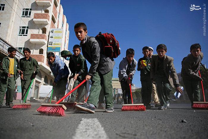 دانش آموران یمنی در حال جارو کردن خیابان های صنعا