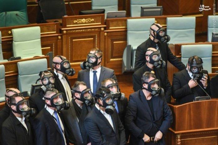 یکی از نمایندگان مخالف دولت کوزوو با گاز اشک آور، باعث ایجاد وقفه در جلسه پارلمان شد