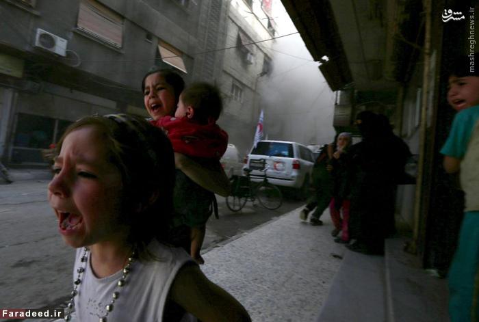 حملات هوایی به دمشق هنگام عبور کاروان هلال احمر؛ دو دختر به نام غزل 4 ساله و جودی 7 ساله با شنیدن صدای انفجار هراسان میشوند. 6می 2015