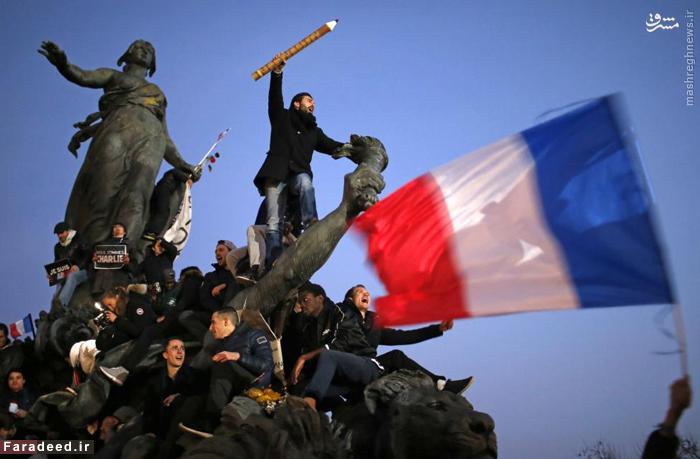مردی که مداد بزرگی را در دست گرفته است در تظاهرات هزاران نفری هم پیمانی پاریس فرانسه. مارچ ۲۰۱۵