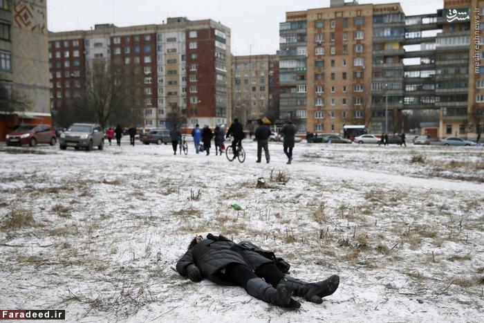 جسد زنی در شرق اکراین که در حملات موشکی به همراه دوتن دیگر کشته شد. 10 فوریه 2015