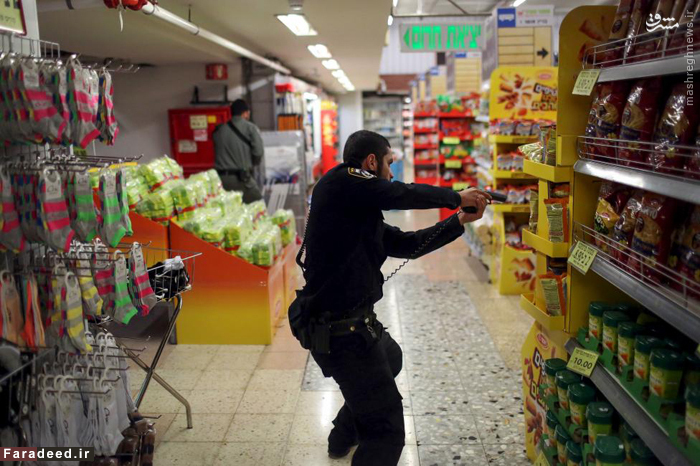پلیس اسرائیلی در حال بارزسی سوپرمارکت در اورشلیم. 14 اکتبر 2015
