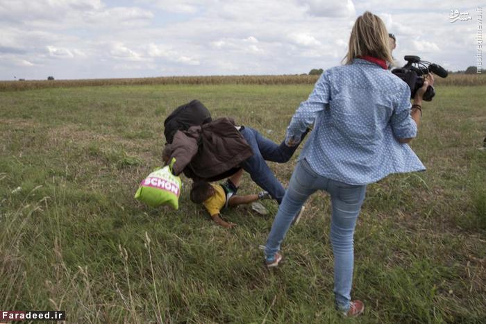 خبرنگار مجارستانی پای خود را مقابل یک آواره جنگی می گیرد و مرد با فرزند خود به زمین می افتد. انتشار این عکس باعث شد تلویزیون مجارستان این زن را اخراج کند. 8 سپتامبر 2015