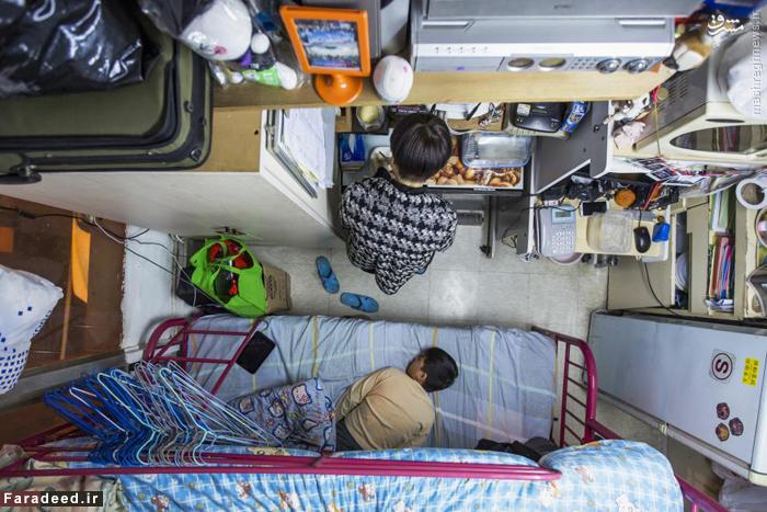 زن و فرزندش در آپارتمان 5.5 متری در هنگ کنگ؛ آنها ماهانه 487 دلار اجاره پرداخت میکنند.