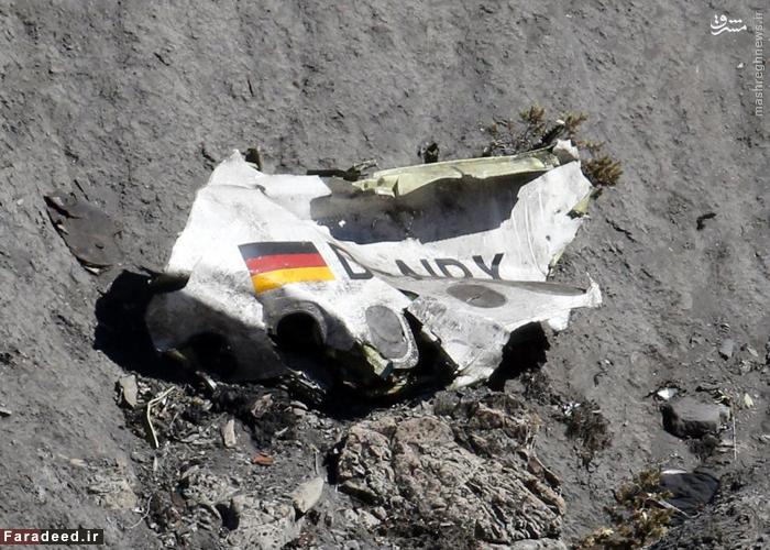 بقایای ایرباس A320 در محل سقوط. یک کمک خلبان 28 ساله در اتاق کنترل هواپیما را بسته و هواپیما را در ارتفاعات آلپ ساقط کرده است و منجر به کشته شدن هر 150 سرنشین شد. 26 مارچ 2015
