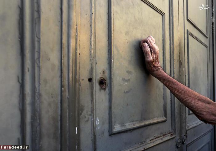 متقاضی کمک های مالی بر در بانک ملی یونان در آتن میکوبد. جولای 2015