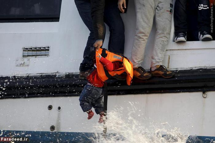 عملیات نجات مهاجران و از آب گرفتن کودک سوری در دریای اژه. 30 اکتبر 2015