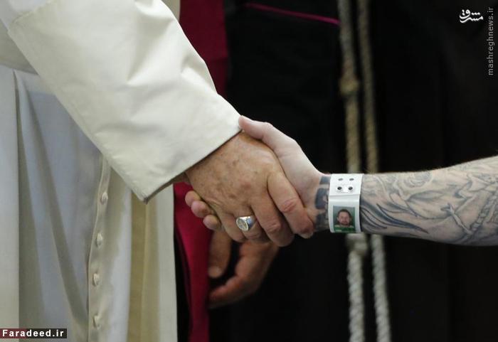 دست دادن پاپ با یک زندانی در فیلادلفیا. 27 سپتامبر 2015