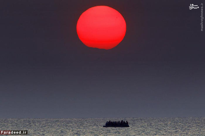 قایق حامل پناهندگان سوری در دریای اژه بین ترکیه و یونان پس از اینکه موتورش خاموش شده و در دریای اژه سرگردان میشود. 11 اگوست 2015