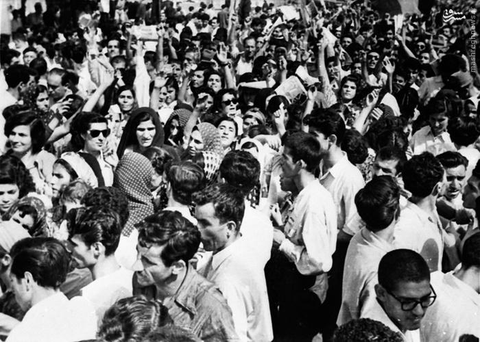گاردین سپس مدعی شده در روز برگزاری همهپرسی، حتی زنان هم که حق رأی نداشتند با تحریک اعضای حزب توده و برای تشویق مردان به رأی دادن، در میدانهای شهر حضور یافتند (4 اوت 1953) (13 مرداد 1332)