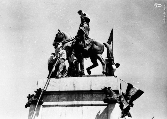 به زیر کشیده شدن مجسمه رضا خان، پدر محمدرضا شاه، در میدان سپاه (18 اوت 1953) (27 مرداد 1332):
