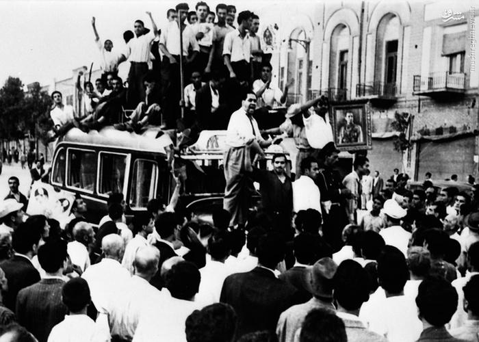 تجمع مزدوران شاه در خیابانها با همراه داشتن تصاویر شاه و شعارهای ضدمصدق (19 اوت 1953، ساعت 9 صبح) (28 مرداد 1332)