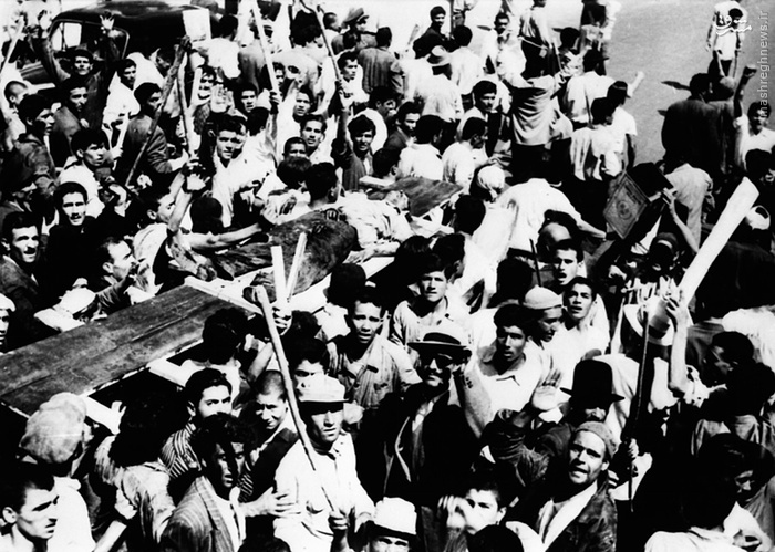 خونبارترین صحنهها مقابل خانه مصدق رقم خورد، جاییکه [مزدوران] شاه برای تحریک افراد داخل منزل مصدق، اجساد را دوره کردند (19 اوت 1953، ساعت  14:30) (28 مرداد 1332)