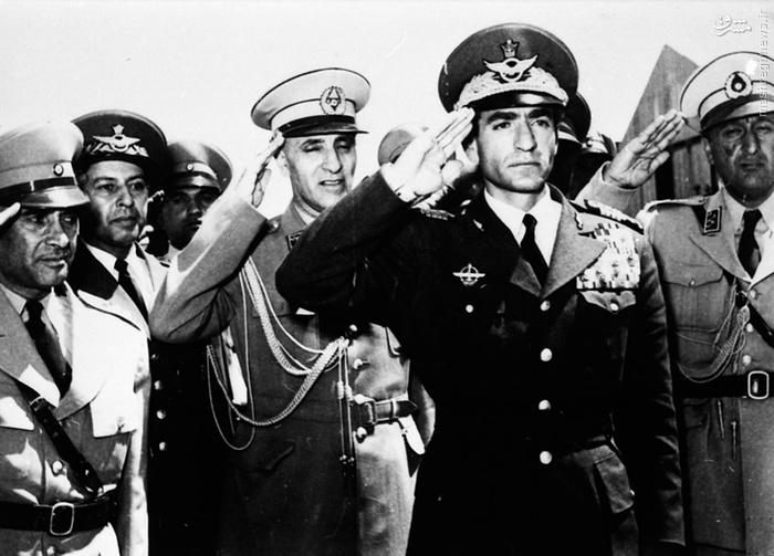 اکنون که کودتا با موفقیت اجرا شده بود، شاه با هواپیمای اختصاصیش به تهران باز می گردد. تصویر محمدرضا شاه، زاهدی در سمت راست وی و نصیری در سمت چپش در فرودگاه (23 اوت 1953) (اول شهریور 1332)