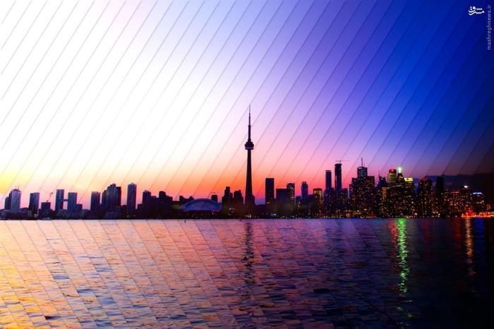 ترکیبی از چهل تصویر، که گذر زمان دوساعته غروب آفتاب در دریاچه انتاریو و برج تورنتو را نمایش میدهد