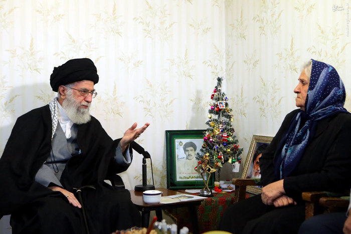 عکس/ حضور رهبر انقلاب در منزل خانواده شهید مسیحی