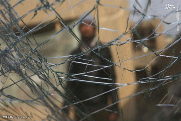 شیشه شکسته اتومبیل بر اثر حمله انتحاری طالبان به یک رستوران فرانسوی در کابل