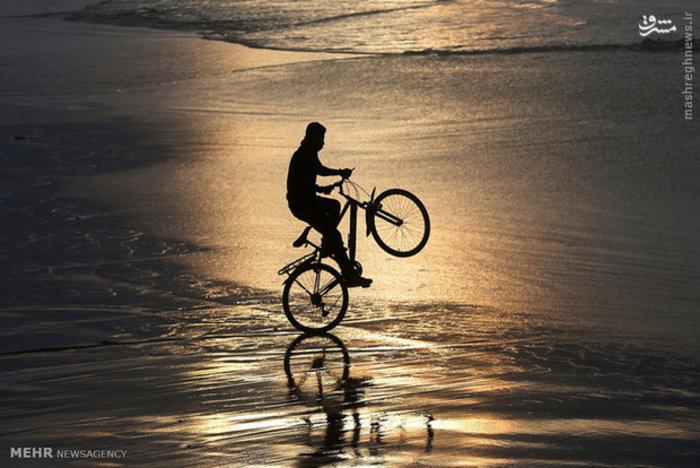 دوچرخه سواری جوان فلسطینی در ساحل غزه