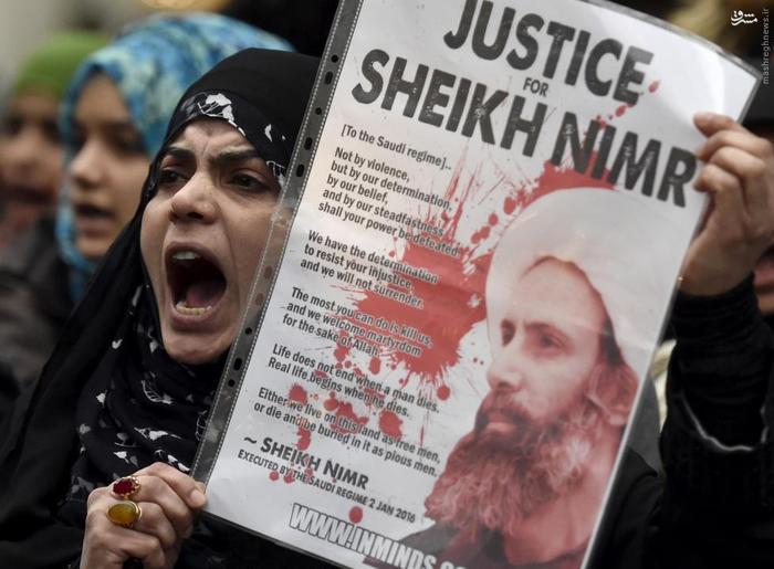 یکی از معترضان به اعدام شیخ نمر در مقابل سفارت عربستان سعودی در لندن