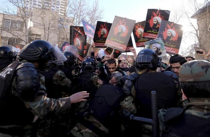 درگیری پلیس با معترضانی که قصد حمله به سفارت عربستان در تهران را دارند.
