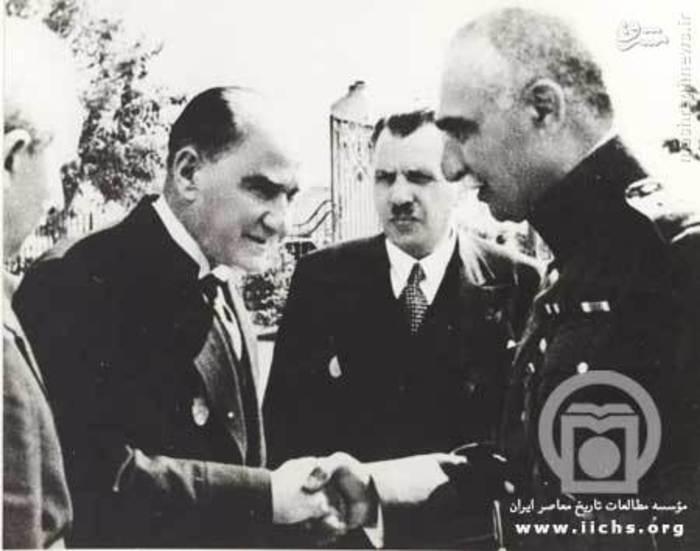 خداحافظی رضا شاه و مصطفی کمال پاشا. کاظم پاشا رئیس مجلس ترکیه بین آن دو قرار گرفته است.
