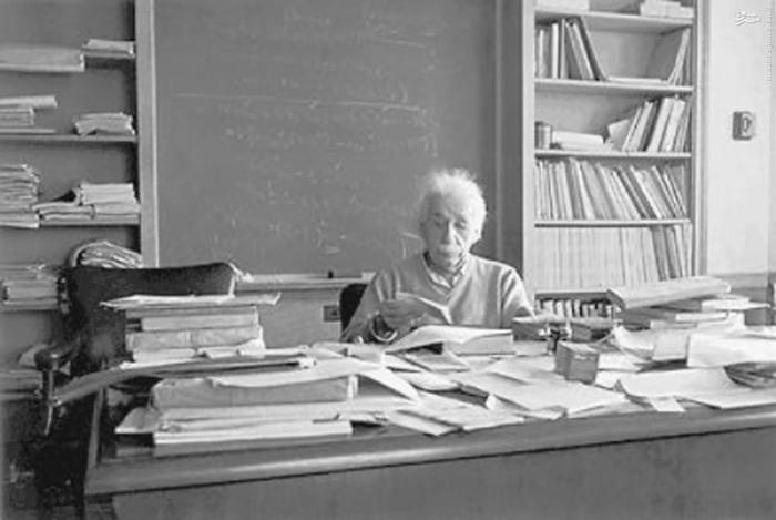 آلبرت انیشتین در دفتر کارش و قبل از مرگ