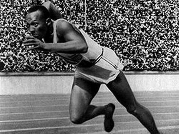14. «جسی اُوِنز» کلید شهرت و موفقیت آدیداس شد. او در المپیک 1936 برلین آلمان، کفشهای تولید شده کارخانه آدولف داسلر را پوشید و برخلاف برنامههای هیتلر، 4 مدال طلا کسب کرد. داسلر، در ابتدا میخواست محصول خود را به پای همه ورزشکاران کند اما به دلیل شناخته نبودن، کسی او را تحویل نگرفت و فقط اونز سیاهپوست که قهرمان شناختهشدهای بود قبول کرد. اینگونه بود که داسلر جهانی شد و پا در مسیر رشد گذاشت.