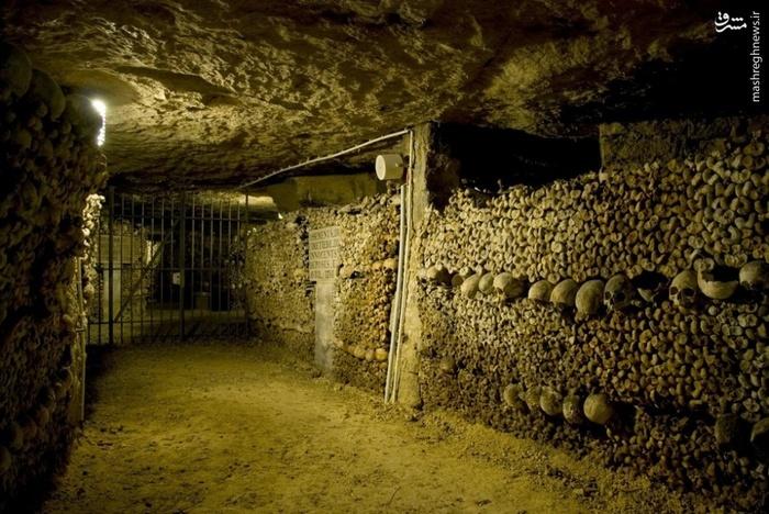 دخمهای در پاریس _ این تونل شبیه به یک دخمه است که میلیونها استخوان انسان در آنجا وجود دارد.براساس آخرین برآوردها میلیونها جسد در زیر پاریس وجود دارد.
