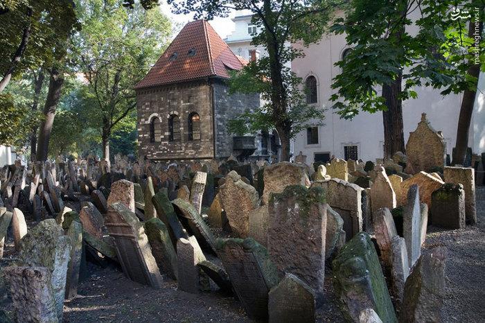 گورستان پراگ _ گورستانها هیچ وقت مکانی امن نیستند. این قبرستان ترسناک تر از قبرستانهای دیگر است.در این قبرستان 11 قبرستان روی هم ساخته شده است و قبرها 11 طبقه هستند.